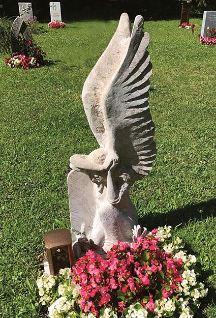 Grabstein mit Engel und grossen Flügeln