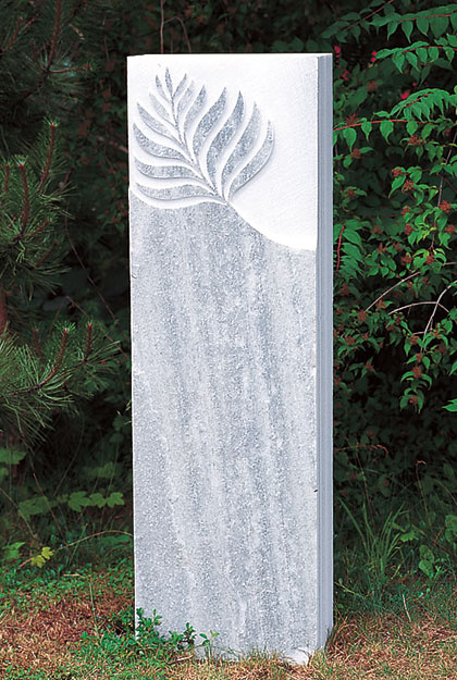 Grabstein mit Blatt, naturbelassene Fläche