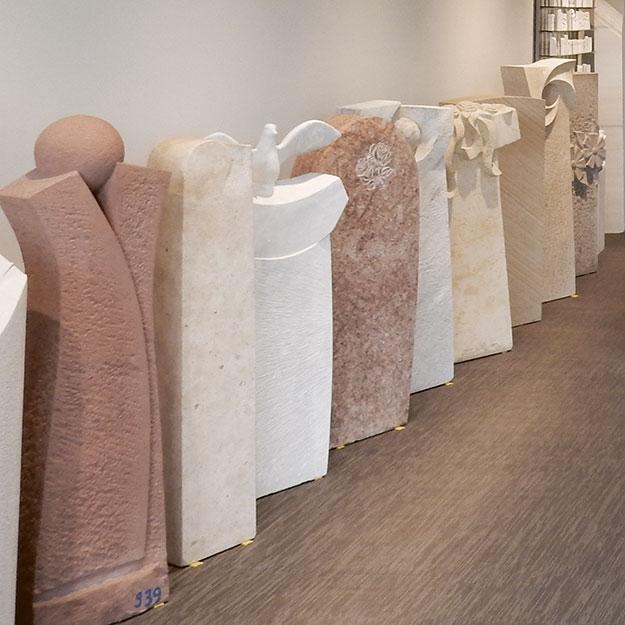Grabsteine in der Ausstellung Bildhauer-Atelier Kurzweg