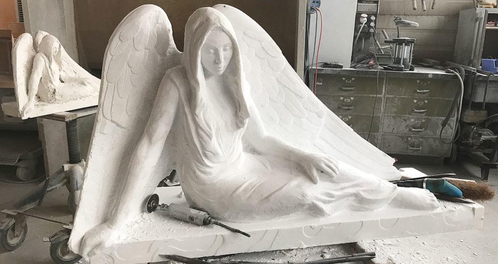Engel mit Modell im Atelier; Bildhauer-Atelier Kurzweg