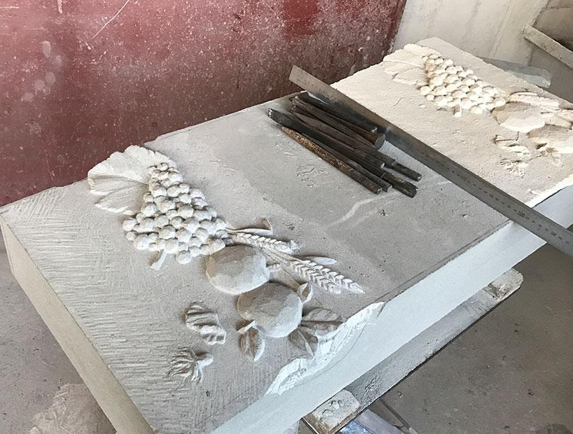 Relief in Arbeit Bildhauer-Atelier Kurzweg