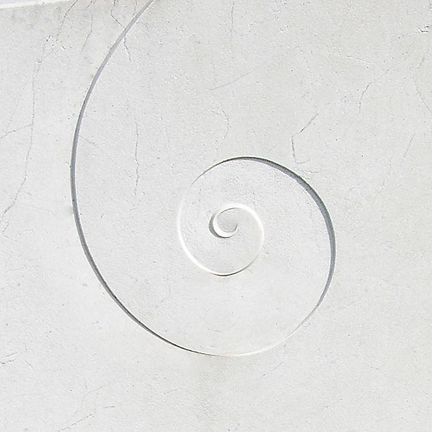 Grabstein mit Spirale